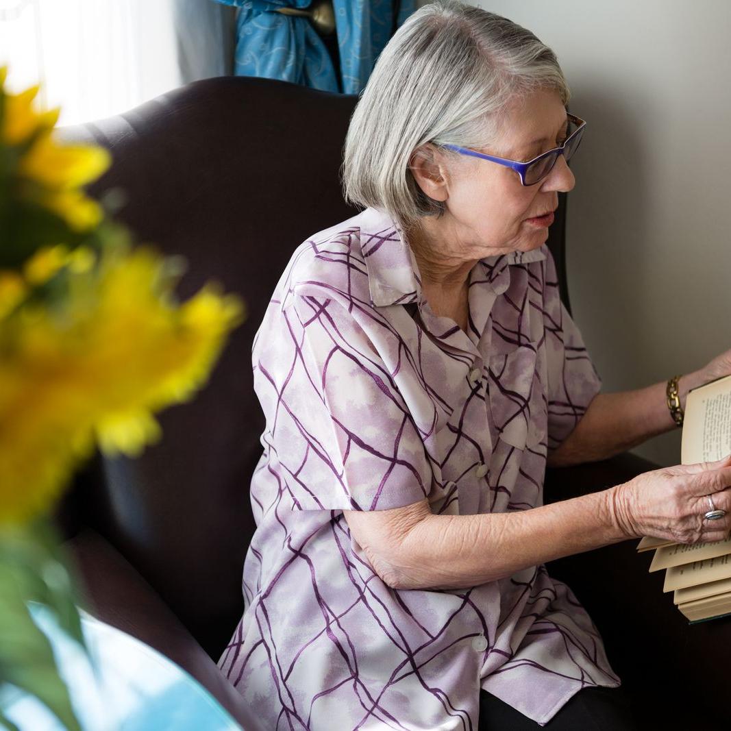 Woman reading 1-1600-80